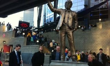 Canucks unveil Neilson statue, name award winners