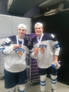 Jesse Puljujärvi and Julius Nattinen Show off their 2016 World Junior Gold (J. DeLuca/THW).