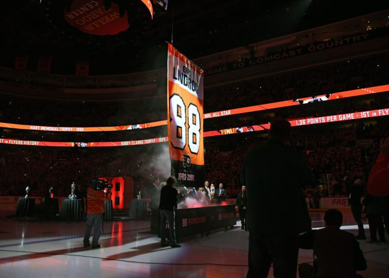 Flyers former player Eric Lindros (88) has his number retired