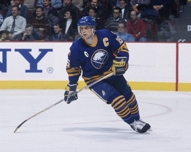 Pat LaFontaine #16 of the Buffalo Sabres