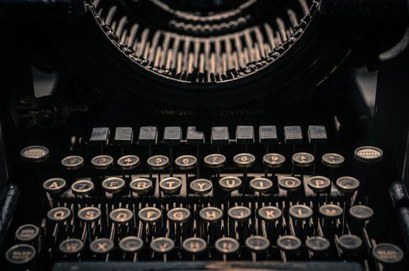 https://pixabay.com/en/vintage-typewriter-letters-retro-2608934/